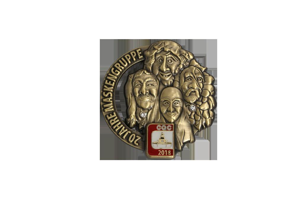 3D Relief, gegossen, Logo in lackiert, in Altmessing